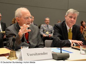 Bundestagspräsident Dr. Wolfgang Schäuble (links) konstituiert in Anwesenheit des Direktors beim Bundestag, Staatssekretär Prof. Dr. Horst Risse, den Hautpausschuss. © Deutscher Bundestag / Achim Melde.