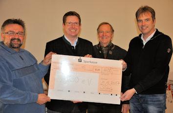 Freude bei der Vorstandschaft der Allgäuer Volkssternwarte Ottobeuren: Der Vorsitzende Harald Steinmüller (links) und der Geschäftsführer Wolfgang Forth (ganz rechts) konnten den Spendenscheck entgegennehmen.