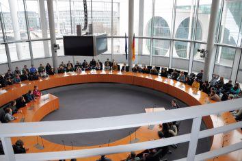 Stracke (Bildmitte) mit der Besuchergruppe im Europasaal © Büro Stracke.