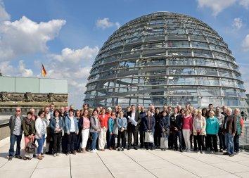 Gruppenbild auf dem Dach des Deutschen Bundestags. © Bundesregierung / Volker Schneid.