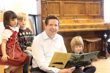 Viel Spaß hatten die Buben und Mädchen im Haus für Kinder St. Josef bei der Vorlesestunde mit dem Bundestagsabgeordneten (unser Bild zeigt nur einen kleinen Teil der Gruppe). Foto: WK-Büro