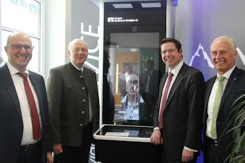 Ließen sich die Vorzüge des neuen Video-Terminals der VR Bank Marktoberdorf zeigen: die Bundestagsabgeordneten Alexander Radwan und Stephan Stracke (2. und 3. v. l.). Über das Interesse freuten sich Christoph Huber (links) und Dr. Hermann Starnecker.