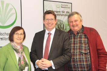 Kreisbäuerin Margot Walser, Stephan Stracke und Kreisobmann Martin Schorer beim Gespräch in Erkheim.