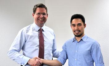 Stephan Stracke beglückwünschte Michael Lederle zum USA-Stipendium und wünschte ihm viel Glück für sein Auslandsjahr.