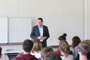 Mit Schülerinnen und Schülern des Rupert-Ness-Gymnasiums in Ottobeuren diskutierte der Allgäuer Bundestagsabgeordnete Stephan Stracke über Europa.