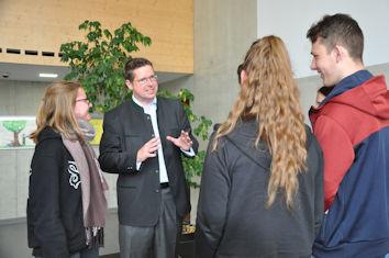 Lebhaft diskutierten Schülerinnen und Schüler der FOS und der BOS in Kaufbeuren mit dem Allgäuer Bundestagsabgeordneten Stephan Stracke zu Europa.