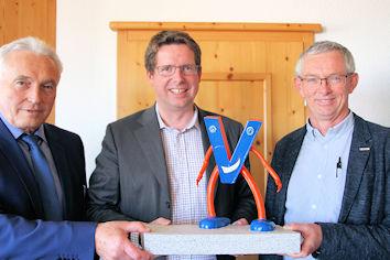 Der Allgäuer Bundestagsabgeordnete Stephan Stracke im Gespräch mit Horst Hermann (rechts) und Herfried Christl.