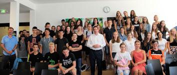 Angeregt diskutierten Gymnasiasten in Buchloe mit dem Allgäuer Bundestagsabgeordneten Stephan Stracke.