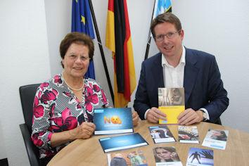 Der Allgäuer Bundestagsabgeordnete Stephan Stracke dankte Eva Burkhart von der Kaufbeurer Außenstelle des Weißen Rings für das große Engagement.