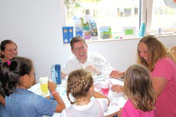 Gemeinsam mit Vorschulkindern experimentierte Stephan Stracke im Familienzentrum St. Magnus in Marktoberdorf.