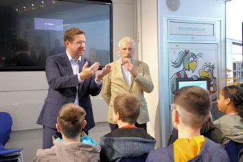 Im Rahmen des Besuchs des Infomobils stellte sich der örtliche Bundestagsabgeordnete Stephan Stracke den Fragen der Schülerinnen und Schüler der Gustav-Leutelt-Schule.