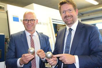 Firmenrundgang mit konkreten Einblicken in die Produktion: Geschäftsführer Christian Reichert und Bundestagsabgeordneter Stephan Stracke.