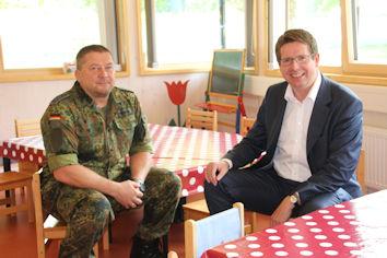 Mit Oberstabsfeldwebel Frank Michael unterhielt sich Stephan Stracke über die Bandbreite der Aufgaben des Familienbetreuungszentrums der Bundeswehr in Füssen. Quelle: WK-Büro