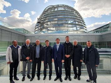 Einen exklusiven Blick auf die Reichstags-kuppel bot Stephan Stracke (Mitte), Dekan Frank Deuring (4.v.l.) und den Pfarrern des Dekanats Marktoberdorf bei ihrem Besuch.