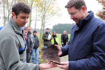 Erschreckend hohe Schäden hat der Borkenkäfer auch im Ostallgäu hinterlassen. Die typische Rinde eines käfergeschädigten Baumes inspizierte der Abgeordnete.