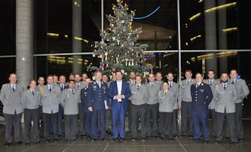 Ein gemeinsames Gruppenfoto vor dem geschmückten Weihnachtsbaum im Paul-Löbe-Haus rundete den gelungenen vorweihnachtlichen Besuch ab. Quelle: Abgeordnetenbüro