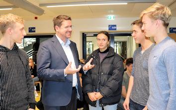 Rege diskutierten Schülerinnen und Schüler der zehnten Jahrgangsstufe der Realschule Füssen mit dem Allgäuer Bundestagsabgeordneten Stephan Stracke über seine politische Arbeit in Berlin.