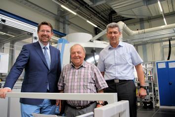 Stephan Stracke sprach beim Rundgang mit Firmenchef Alois Berger und Ferdinand Lenhart, dem Werksleiter der Berger GmbH, über die neuen Investitionen des Unternehmens in Ottobeuren. © Abgeordnetenbüro