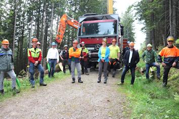 Mit Ostallgäuer Waldbesitzern, Vertretern der Forstbetriebsgemeinschaften und der Bayerischen Forstverwaltung tauschte sich Stephan Stracke bei einem Ortstermin zu aktuellen Themen aus.
