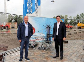 Den Besuch im Allgäu Skyline Park nutzte Stephan Stracke auch, um sich gemeinsam mit Parkinhaber Joachim Löwenthal die neueste Attraktion aus der Nähe anzusehen. Der Allgäuflieger ist mit 150 Metern das höchste Flugkarussell der Welt.