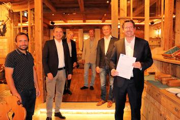 Im Rahmen ihres Stammtisches übergaben Hoteliers aus Bad Wörishofen dem Bundestagsabgeordneten Stephan Stracke auch einen offenen Brief mit der Forderung der Einführung der Kur als Pflichtleistung.