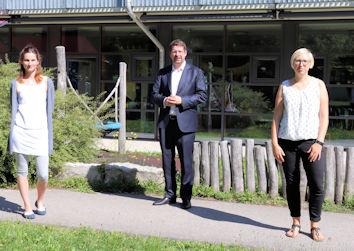 Zu Gast im Kindergarten Don Bosco war der Bundestagsabgeordnete Stephan Stracke. Er sprach mit Leiterin Manuela Krömer (rechts) sowie ihrer Stellvertreterin Anna-Lena Schlotterbeck.