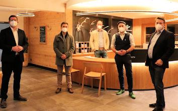 Stephan Stracke (links) im Gespräch mit den Geschäftsführern des Hotels Panorama Florian und Magnus Wanner sowie den beiden Kreisräten Jakob Stocker-Böck (2. V. l.) und Markus Berktold (rechts).