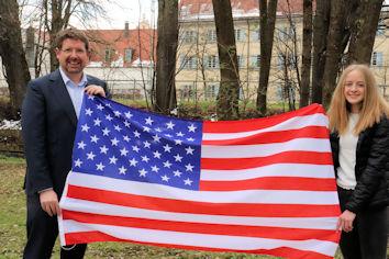 Fototermin mit Stars and Stripes: Stephan Stracke beglückwünschte Veronika Trunzer zum USA-Stipendium. Nun heißt es Daumen drücken, dass es trotz Pandemie im Sommer losgehen kann.  Bildquelle: Abgeordnetenbüro