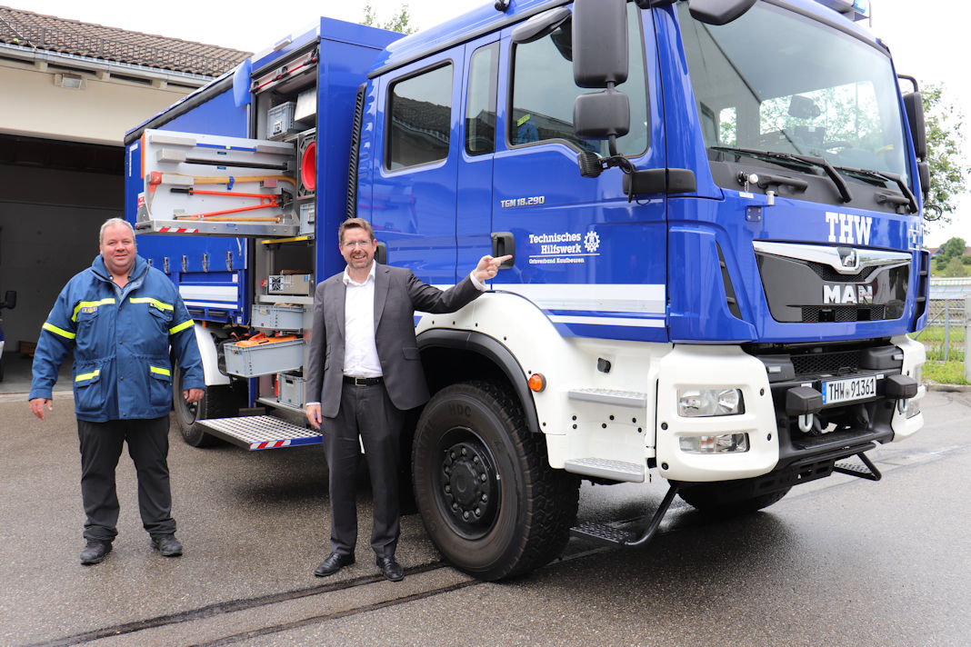 Bild: Stephan Stracke und THW-Ortsbeauftragter Benjamin Scharpf vor dem neuen Mehrzweckgerätewagen. Bildquelle: Abgeordnetenbüro