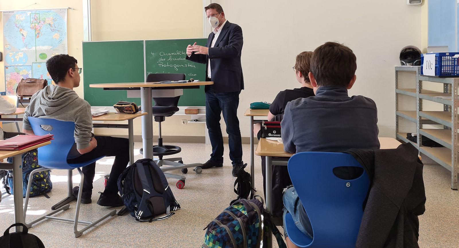 Mit Schülerinnen und Schülern der Sophie-la-Roche-Realschule tauschte sich Stephan Stracke aus.