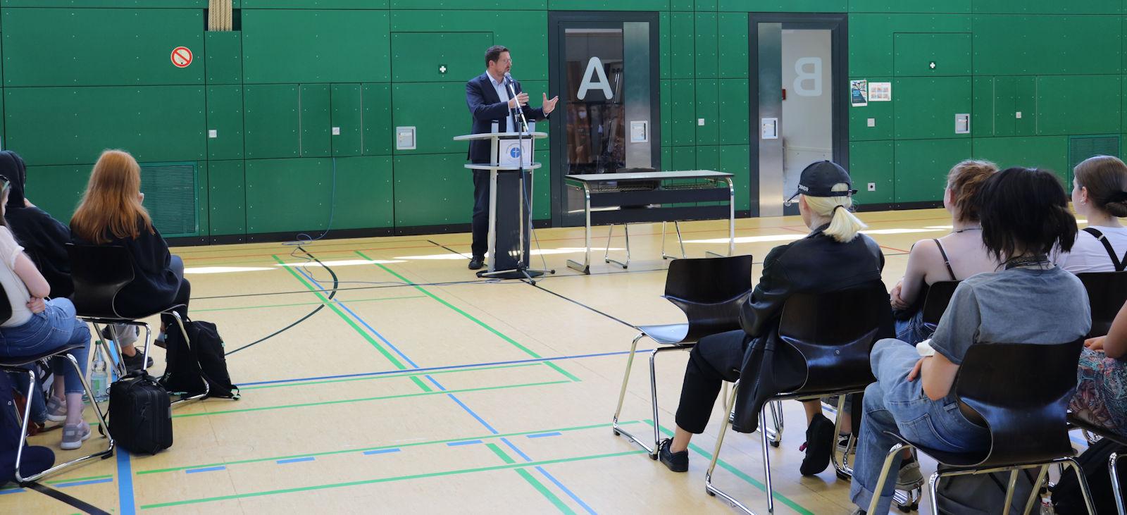 Mit Schülerinnen der zehnten Klassen des Mariengymnasiums in Kaufbeuren sprach Stephan Stracke zu aktuellen politischen Themen.