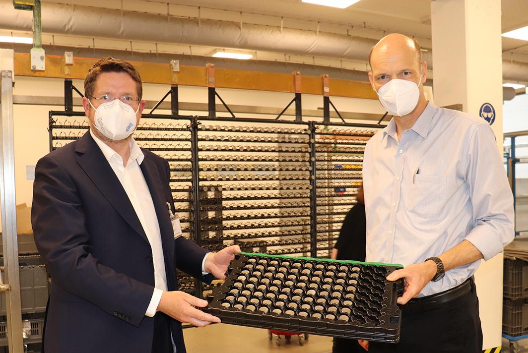 Stephan Stracke und Dr. Lars Wiegmann beim Rundgang durch die Produktionshallen in Kaufbeuren.