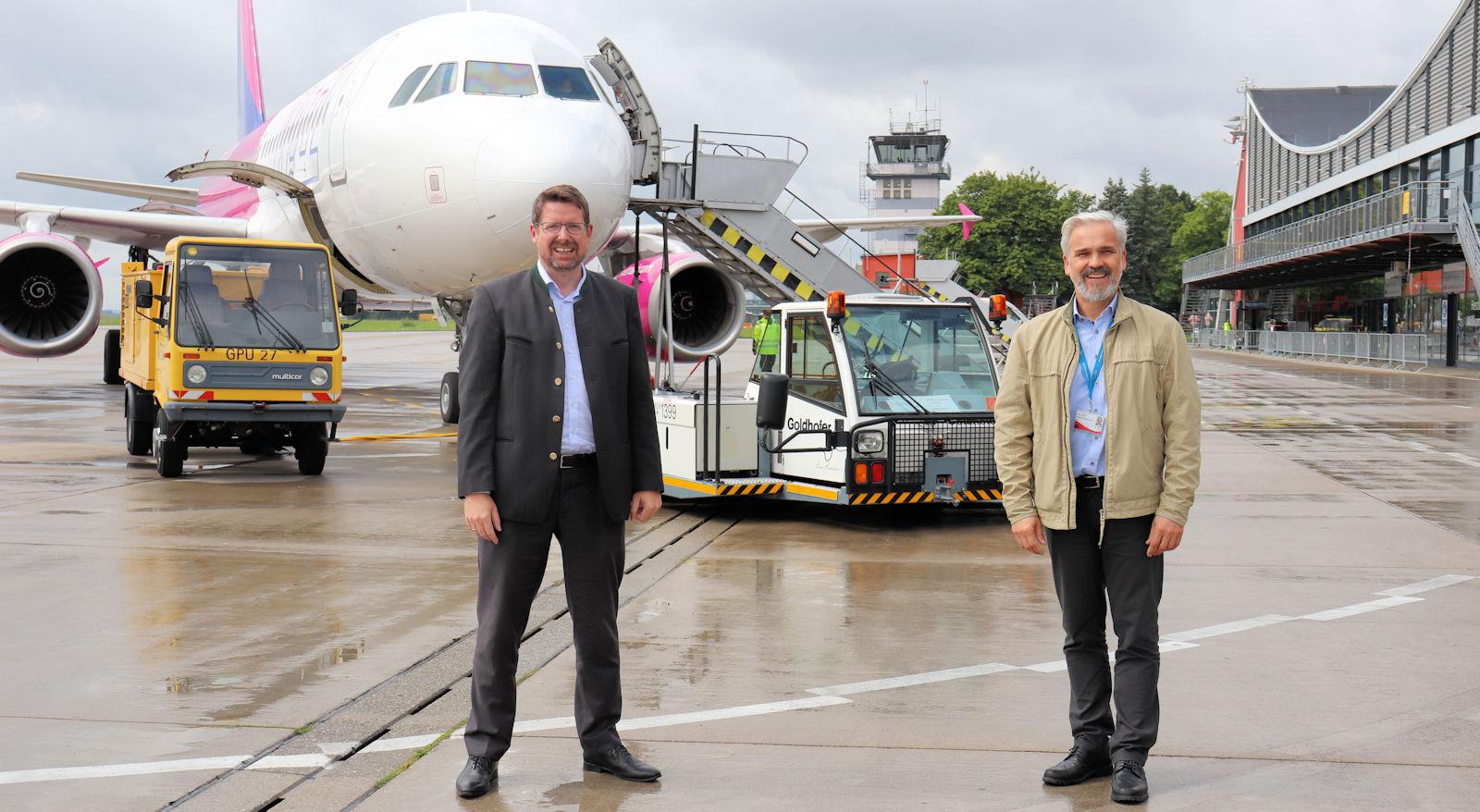 Bei einem Besuch des Flughafens Memmingen sprach Stephan Stracke mit Geschäftsführer Ralf Schmid über die Entwicklung des Regionalflughafens sowie die jüngsten Investitionen.