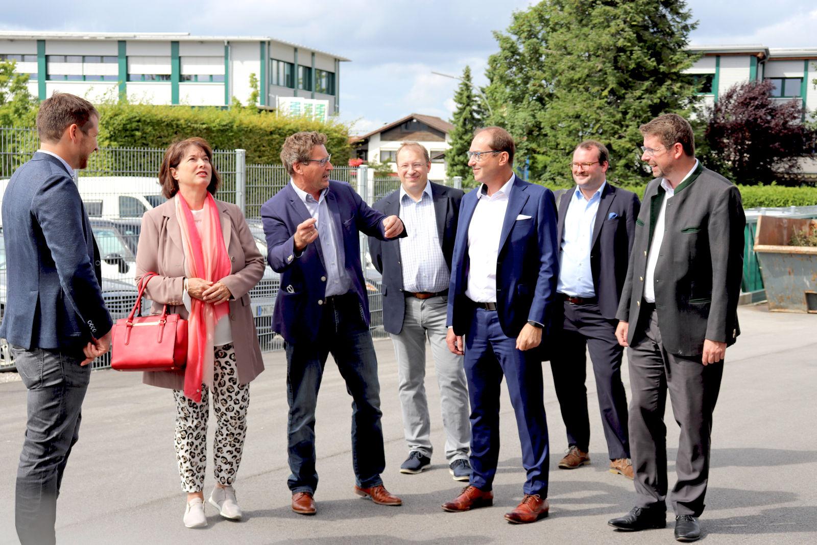 Die Gäste zeigten sich beim gemeinsamen Rundgang auf dem Firmengelände beeindruckt vom breiten Leistungsspektrum der Rudolf Hörmann GmbH. .