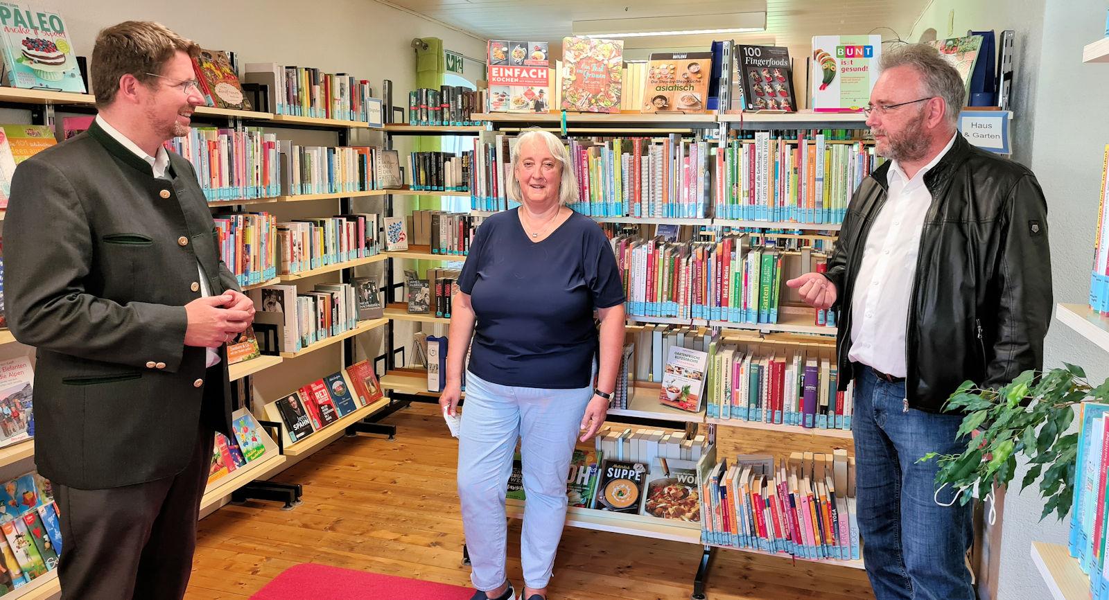 Stephan Stracke gratulierte Büchereileiterin Erna Waibel und Bürgermeister Lars Leveringhaus zur Bundesförderung für die Gemeindebücherei.