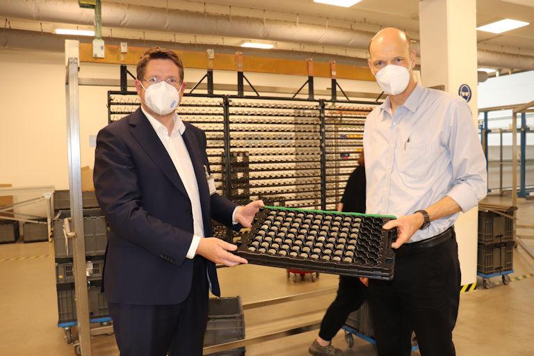 Stephan Stracke und Dr. Lars Wiegmann beim Rundgang durch die Produktionshallen in Kaufbeuren (© Abgeordnetenbüro).
