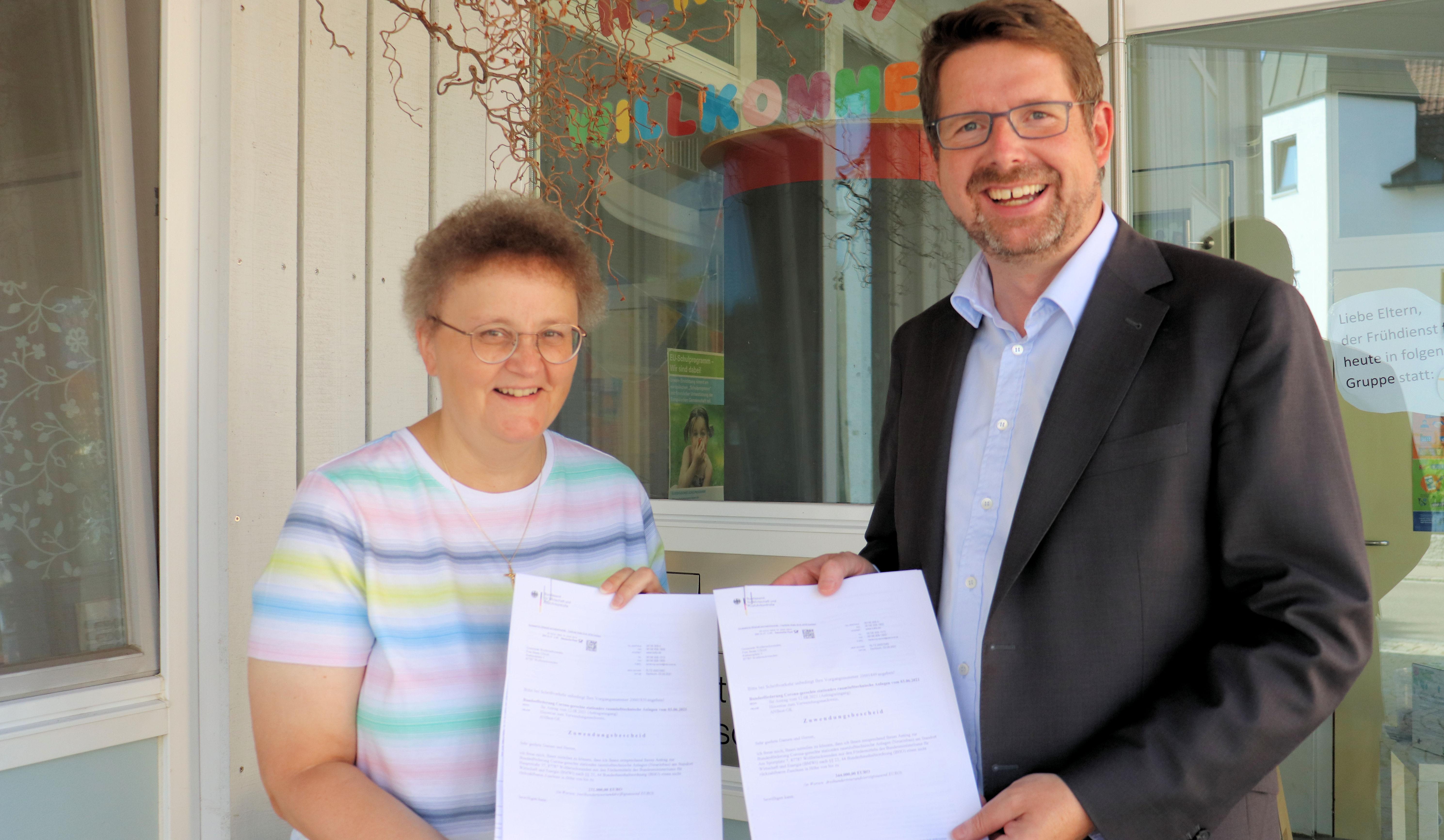 Gleich zwei Förderbescheide konnte Stephan Stracke in Wolfertschwenden an Bürgermeisterin Beate Ullrich übergeben.