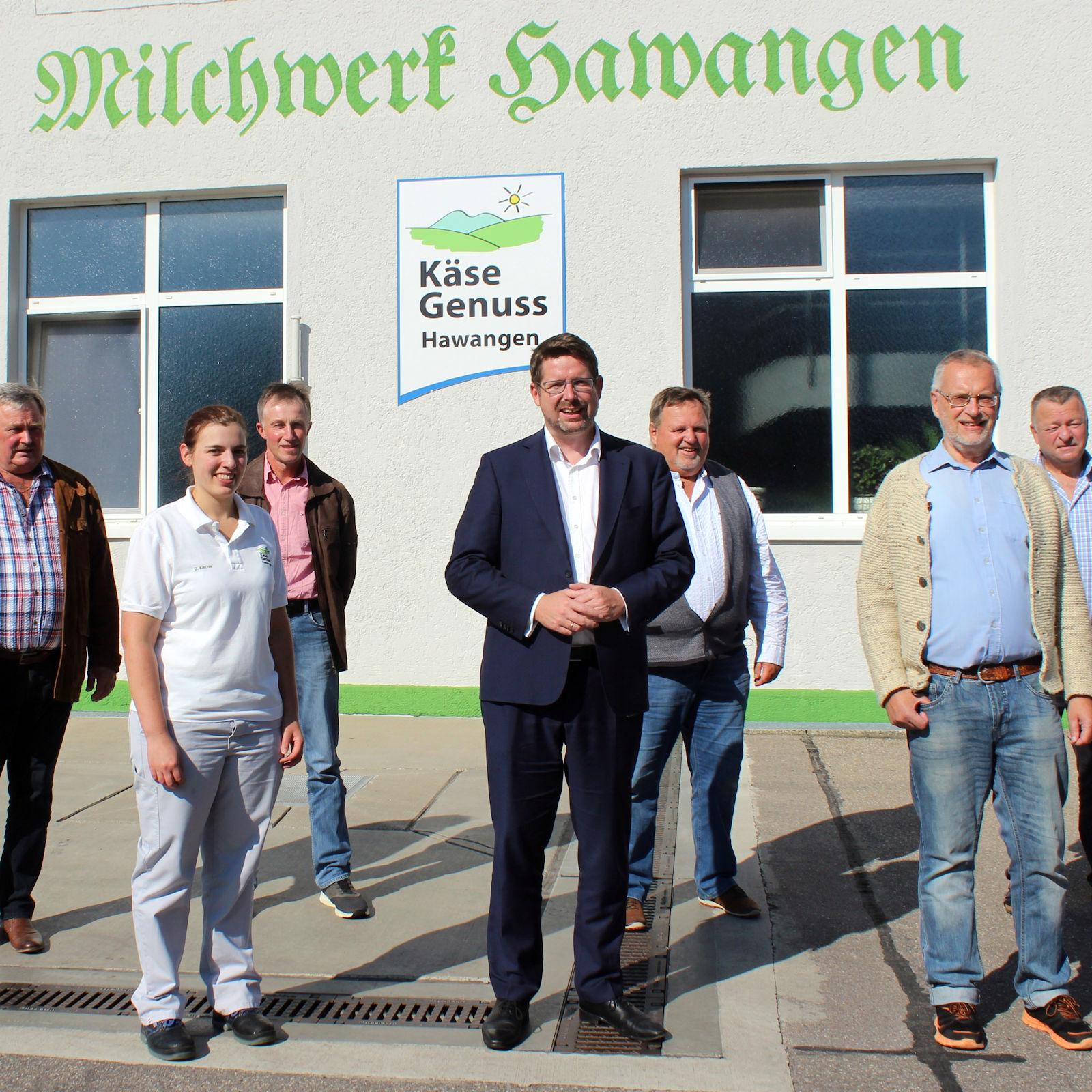 An der Gesprächsrunde nahmen teil (von links): Martin Schorer (1. stv. Vorstandsvorsitzender Allgäu Milch Käse eG), Dagmar Kiechle (Betriebsleitung Käse Genuss Hawangen), Walter Rehklau (2. stv. Vorstandsvorsitzender Allgäu Milch Käse eG), Bunde