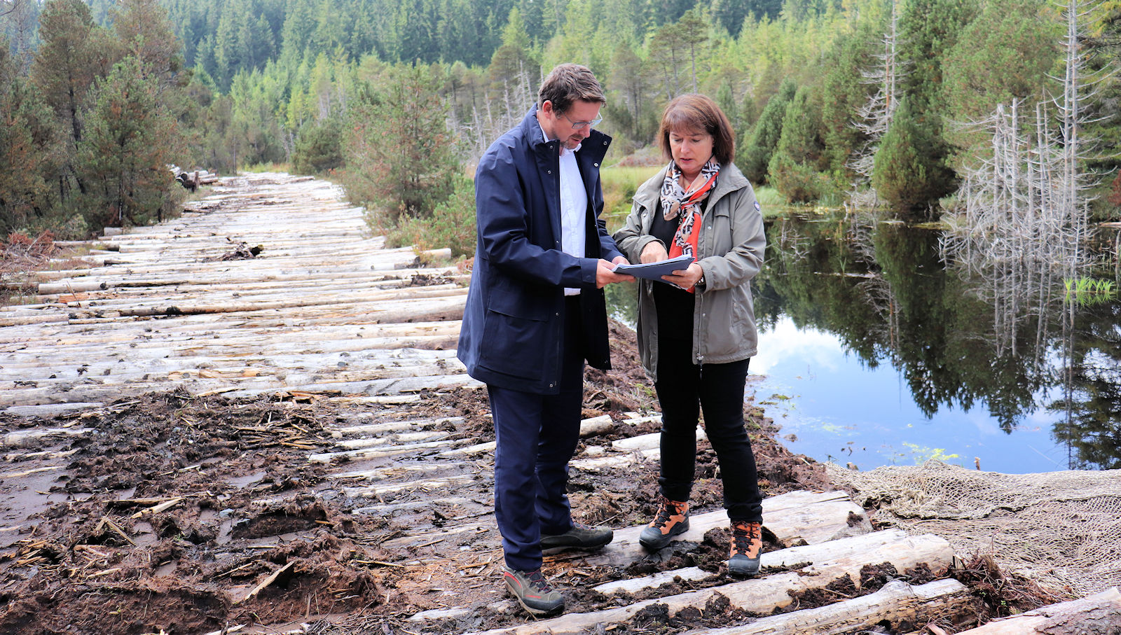 Beim Ortstermin im Schwindenmoos sprach Stephan Stracke mit Landrätin Maria Rita Zinnecker über die Projekte der Moorallianz Allgäu.