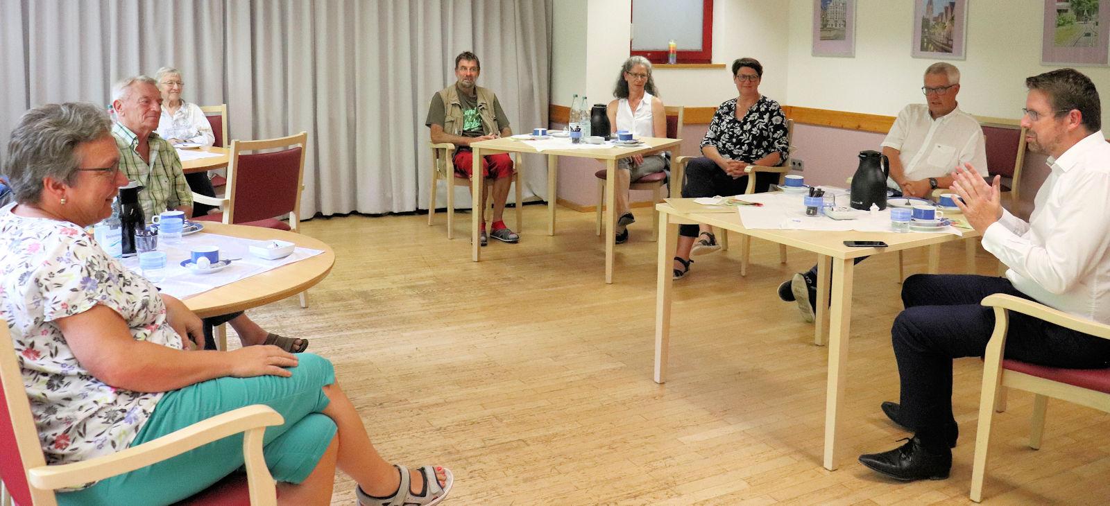 Stephan Stracke im Gespräch mit Pflegefachkräften und pflegenden Angehörigen.